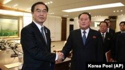 Министр по делам объединения Южной Кореи Че Мен Гон и глава делегации Северной Кореи Ри Сон Гвон после встречи в Памунджоме.
