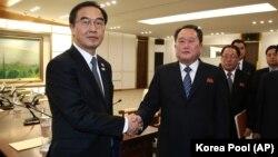Представник Південної Кореї Чо Мен Гюн (ліворуч) та представник КНДР Рі Сон Ґвон, 9 січня 2018 року