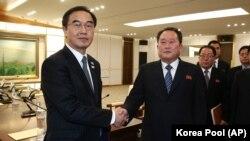 Министр по делам объединения Южной Кореи Че Мен Гон и глава делегации Северной Кореи Ри Сон Гвон после встречи в Пханмунджоме.
