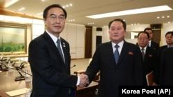 Министр по делам объединения РК Че Мен Гон (слева) и глава делегации КНДР Ри Сон Гвон после встречи в Памунджоме
