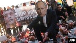 Акция протеста в Берлине: мягкие игрушки в «крови» символизируют погибших из-за российских атак детей в сирийском Алеппо, 20 октября 2016 года