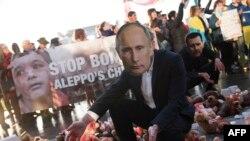 Акція протесту перед самітом «нормандської четвірки», на який прибув Володимир Путін. Німецькі митці влаштували інсталяцію. М'які іграшки в «крові» символізують загиблих через російські атаки дітей в Алеппо. Берлін, 20 жовтня 2016 року