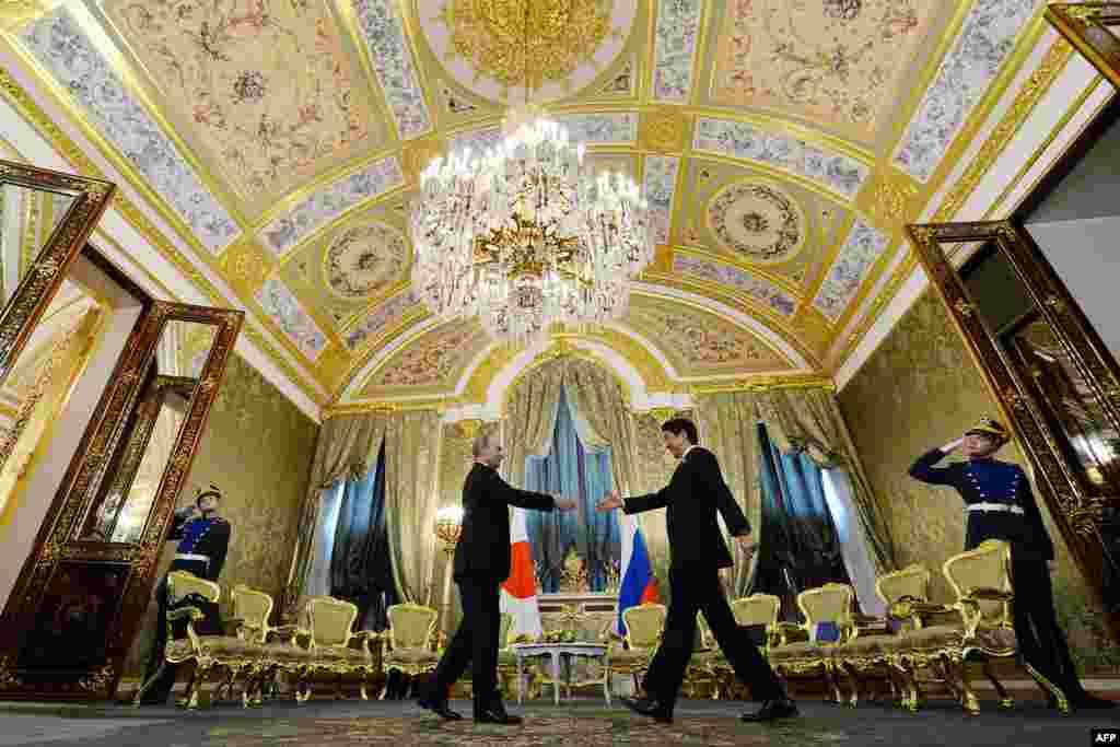 Russian President Vladimir Putin (left) meets with Japanese Prime Minister Shinzo Abe at the Kremlin in Moscow. (AFP/Kirill Kudryavtsev)