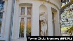 Полукруглая башня дачи Мерецкой со скульптурами