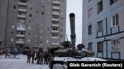 Авдеевкада көпқабатты үйлердің расында тұрған украин армиясының танктері. Украина, 2 ақпан 2017 жыл.