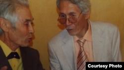Гатаугали Бохан (справа) и еще один проходящий по делу активистов подозреваемый Сагингали Капизов в переквалифицированном обвинении не указаны.
