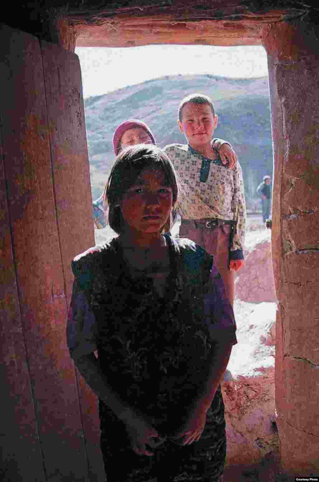 """Поводом для уголовного преследования Умиды Ахмедовой стали документальный фильм """"Бремя девственности"""" и фотоальбом под названием """"Женщины и мужчины: от рассвета до заката"""". Ее работы изображают повседневную жизнь простых людей в Узбекистане."""