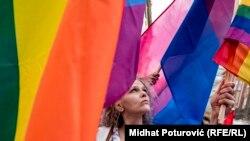 Učesnici prve bh. povorke ponosa sa LGBT+ zastavama, Sarajevo. 8. septembar 2019.