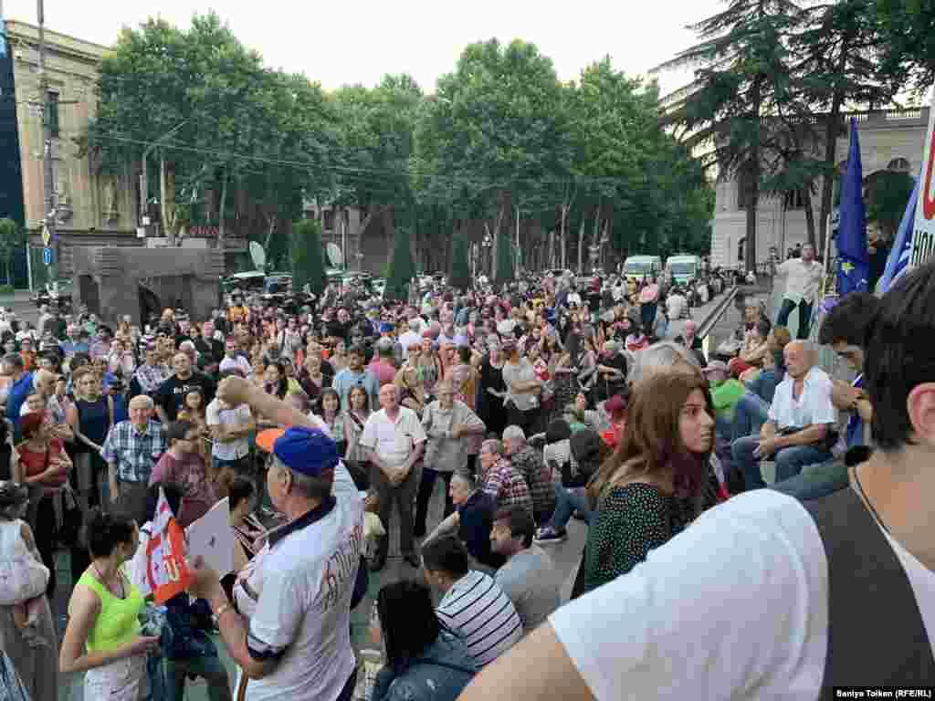 Митингіге келген наразылар. Тбилиси, 3 шілде 2019 жыл.
