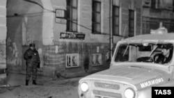 Милиция у дома, где была убита Галина Старовойтова. Ночь на 21 ноября 1998 года