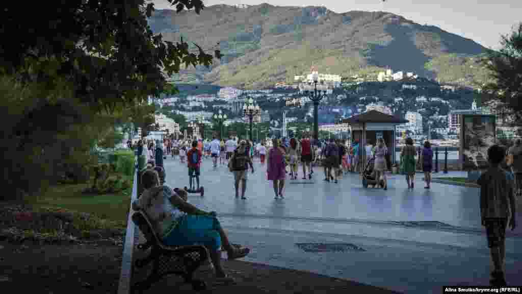 Туристы прогуливаются по верхней набережной города
