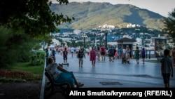 Огни вечерней Ялты: чем живет город на юге Крыма (фотогалерея)