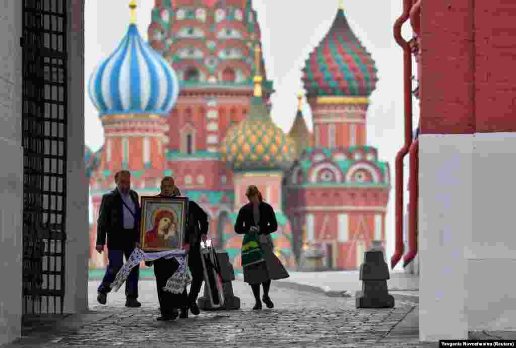 A man carries a religious icon near St. Basil's Cathedral amid the coronavirus outbreak in Moscow. (Reuters/Evgenia Novozhenina)