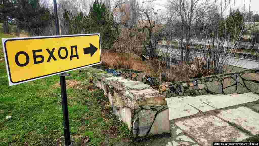 Возле моста установлены предупреждающие таблички