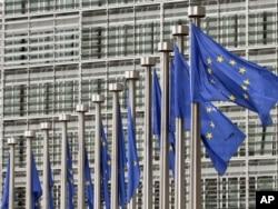Zastave EU ispred zgrade Evropske komisije u Briselu - ilustracija