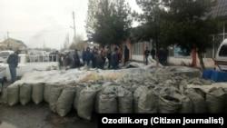 Өзбекстанда көмір сататын жерде тұрған адамдар. 2 желтоқсан 2017 жыл.