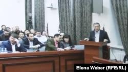 Бывший премьер-министр Казахстана Серик Ахметов (справа) выступает в суде. Фото с монитора в суде. Караганда, 9 декабря 2015 года.