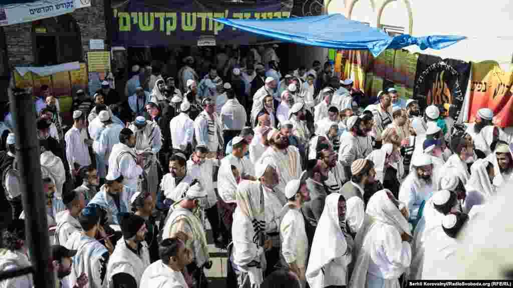 Хасиди моляться переважно в колі своїх громад