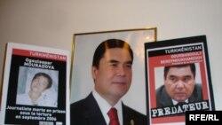В сентябре 2008 года манифестанты прорвались в посольство Туркмении в Париже, требуя информации о судьбе двух туркменских журналистов, осужденных в 2006 году. Третья, корреспондент Радио Свобода Огульсапар Мурадова (на плакате слева) умерла в тюрьме.