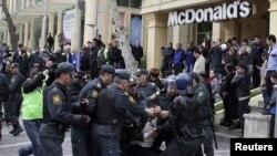 Ադրբեջան - Ոստիկանները ձերբակալում են ընդդիմության բողոքի ցույցի մասնակիցներին, Բաքու, ապրիլ, 2011