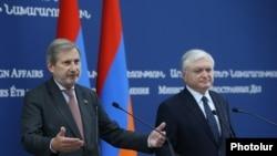 Комиссар ЕС по расширению и политике добрососедства Йоханнес Хан (слева) и министр иностранных дел Армении Эдвард Налбандян на совместной пресс-конференции, Ереван, 2 октября 2017 г.