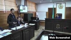 Альнур Ильяшев (слева) на судебном процессе, где рассматривают его иск к акимату Алматы, отказавшему в проведении митинга. 25 сентября 2018 года.