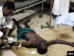 """Уганда астанасы Кампала қаласында """"Әл-Шабаб"""" террорлық ұйымы жарылыстар жасап, елуден астам адам қаза тапты. Уганда, 11 маусым 2010 жыл."""