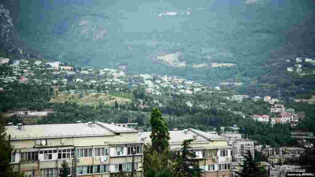 Вид на селище Василівка. Місцевість вважається околицею Ялти і розташована на височині. Звідси починається шлях до «Ущелини трьох гір» – Уч-Кош, а також протікає річка Дерекойка