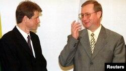 Роландас Паксас (слева) и Сергей Степашин. 1999 год