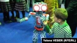 Этого робота производители предлагают использовать в школах для повышения интереса детей к робототехнике. Караганда, 22 апреля 2017 года.