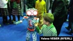 Өндірушілер бұл роботты мектеп оқушыларын робот құрастыруға қызықтыру үшін пайдалануды ұсынады. Қарағанды, 22 сәуір 2017 жыл.