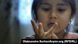 Медіне показує на пальцях свій вік