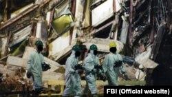 FBI, Federal derňew býurosynyň derňewçileri Pentagona edilen hüjümden soň, wakanyň bolan ýerini barlaýarlar. Arhiw suraty