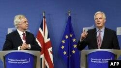Дейвід Дейвіс (л) і Мішель Барньє (п) перед початком неформальних переговорів, Брюссель, 19 червня 2017 року