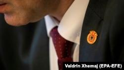 Oznaka bivše OVK na reveru poslanika u Skupštini Kosova, fotografija iz arhive