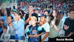 Ош шаарынын спорт аренасында саясий партия уюштурган концерт. Июль. 2015-ж.
