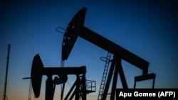 Surplusul de petrol este atât de mare, încât s-a ajuns la anomalia ca unii producători să plătească pentru a scăpa de petrol.