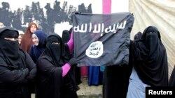 اقارب اسلاميين سجناء يحملون علم داعش في طرابلس احتجاجا على اقتحام سجن رومية، 16 كانون الثاني 2015