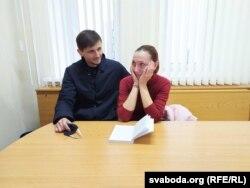 Вольга Вялічка перад судом разам з мужам