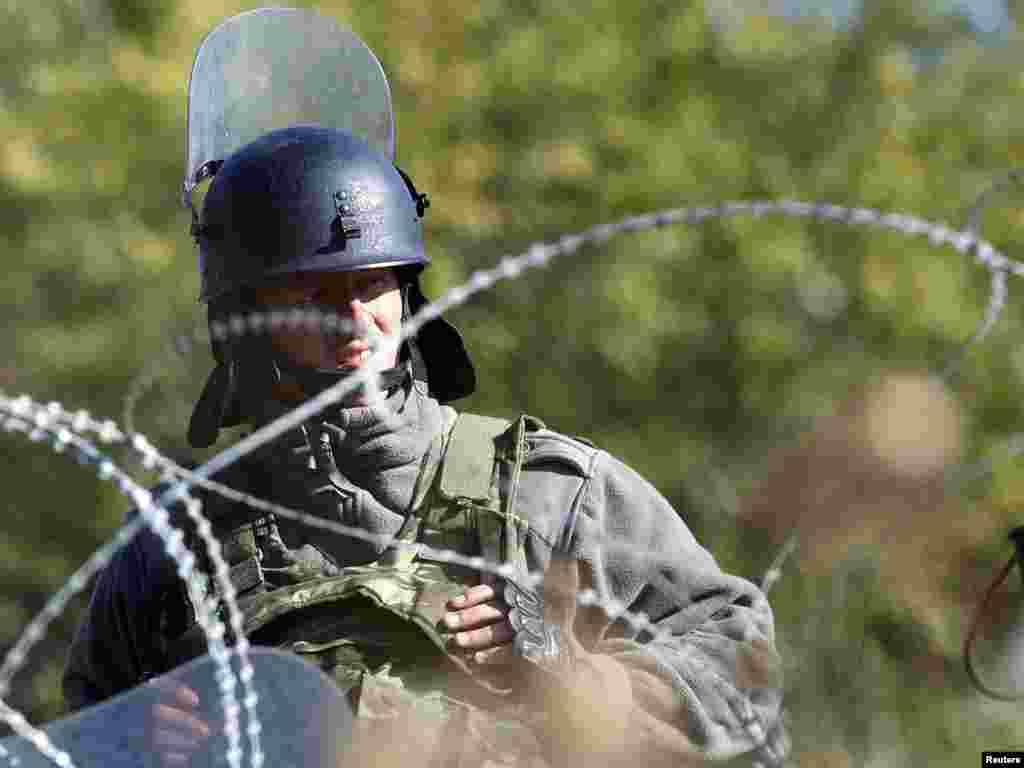 Grčki vojnik KFOR-a na graničnom prelazu Jarinje, 28.09.2011. Foto: Reuters / Merko Đurica