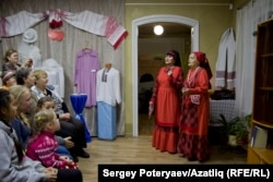 Надежда Алексеева һәм Нина ханым Салова (у) халык җырларын башкара