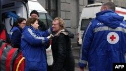 Медики скорой помощи осматривают пострадавшую при взрыве в метро женщину. Санкт-Петербург, 3 апреля 2017 года.