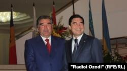 Täjigistanyň prezidenti Emomali Rahmon (çepde) Türkmenistanyň prezidenti Gurbanguly Berdimuhamedow bilen. Täjigistan. 2011 ý.