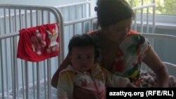Женщина держит ребенка на руках. Иллюстративное фото.