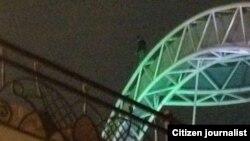 Потенциальный самоубийца на мосту «Кероглу». Архивно-иллюстративное фото, 2014.