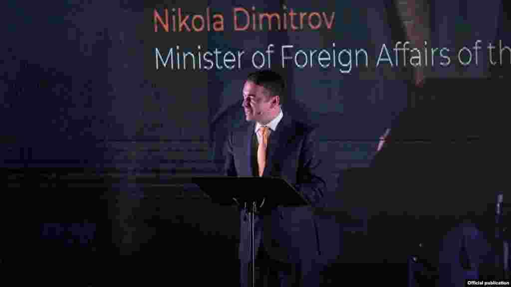 МАКЕДОНИЈА - Ја делиме истата судбина со ЕУ, но се уште не сме на масата, изјави шефот на македонската дипломатија Никола Димитров на третиот министерски состанок на Македонија, Грција, Албанија и Бугарија во Солун.