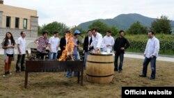 Небольшую усадьбу в кварели, где бывший президент любил устраивать разного рода встречи и заседания правительства и на которую сегодня государство наложило арест, в прямом смысле слова попытался захватить бизнесмен Валерий Шошиашвили
