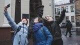 Izvinjenje statui zbog šamara