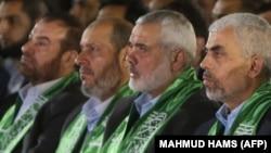 Исмаил Хания (второй справа) среди соратников, 27 марта 2017