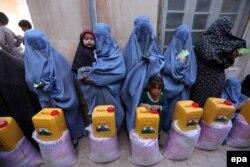 Аўганскія жанчыны стаяць у чарзе па харчаваньне падчас Рамадану